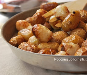 Pommes de terre nouvelles et oignons