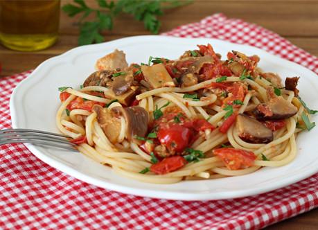 Bucatini, champignons et tomates