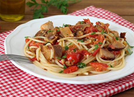 cuisine italienne, pates, champignons et tomates